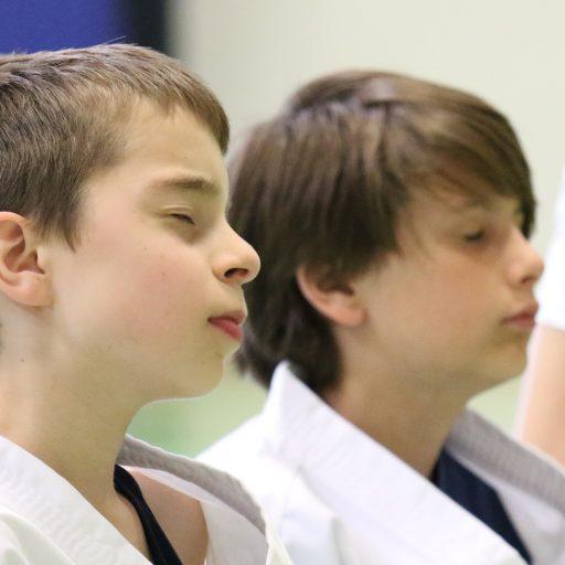 Karate Benjamin og Lucas i meditation e1555439292751